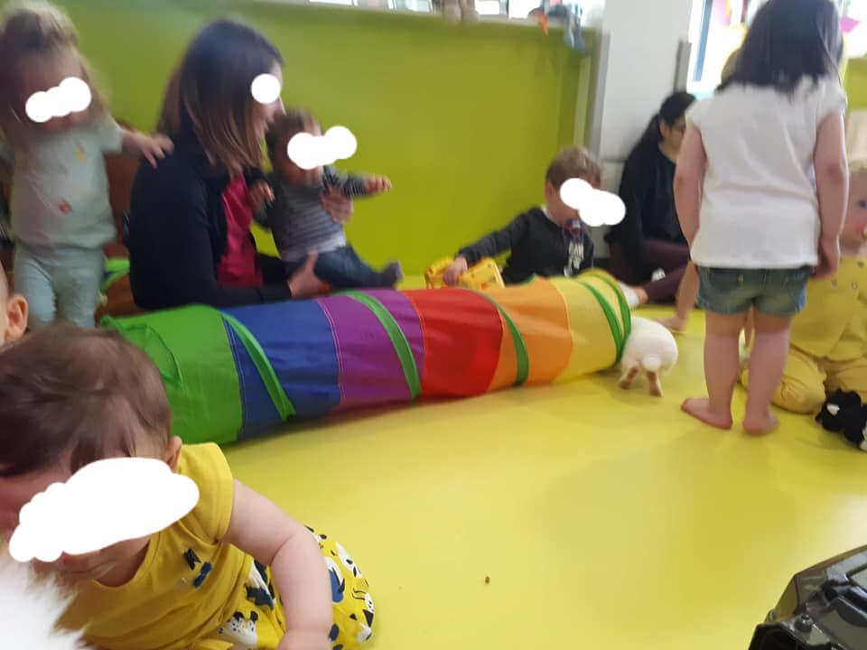 Le tunnel multicolore des lapins fait fureur dans les séances de médiation de Cindy