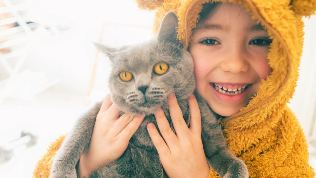 Les animaux agissent-ils vraiment sur la santé mentale des enfants ? Ici une petite fille avec son chat.